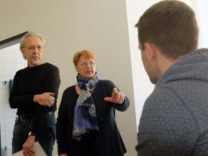 """Rüdiger Dietz und Brigitte Muus in der sensorgesteuerten Testwohnung des Projektes """"Cognitive Village - vernetztes Dorf""""."""